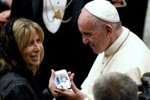 Le pape François bénit la photo d'une victime le 24 septembre 2016 lors d'une audience au Vatican au cours de laquelle il a reçu des familles en deuil et des victimes de l'attentat du 14 juillet à Nice. (Photo : AFP)