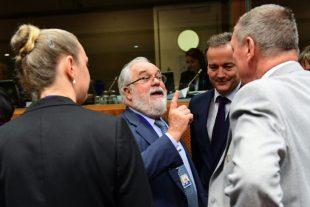 Le ministre polonais de l'Environnement, Jan Szyszko (D), s'entretient avec le commissaire européen Miguel Arias Canete (C), le 30 septembre 2016 à Bruxelles. (Photo : AFP)