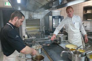 Thomas Murer, ici avec son second Kenny, dans la cuisine du restaurant Aal Schoul, à Hobscheid. (photo Sy.A.)