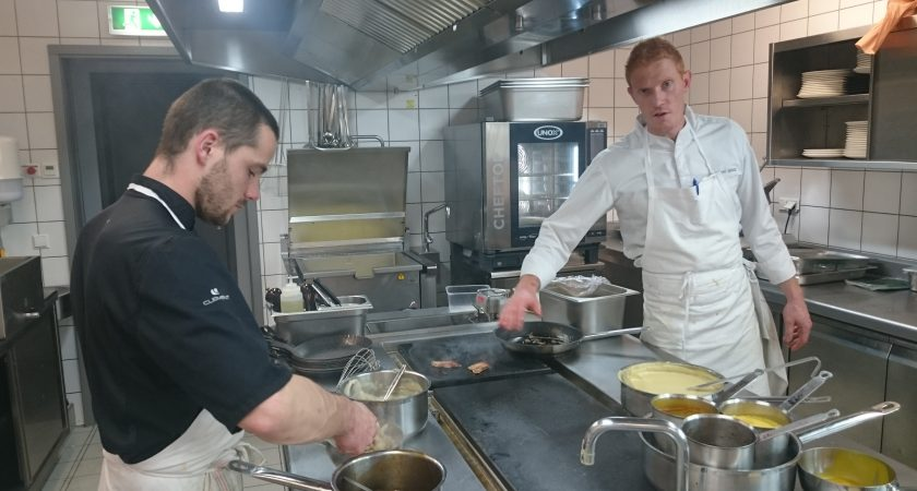 Thomas Murer, ici avec son second Kenny, dans la cuisine du restaurant Aal Schoul, à Hobscheid. (photo Sy.A.)