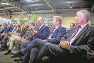 Blanche Weber (pantalon beige), assise entre Carole Dieschbourg et Mars Di Bartolomeo, président de la Chambre des députés, Étienne Schneider, ministre de l'Économie, et Marc Hansen, ministre du Logement. (Photo : DR)