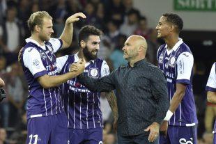 Ola Toivonen (à gauche) félicité par le coach toulousain Pascal Dupraz après la victoire contre Paris, vendredi. (photo AFP)