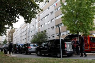 Le forcené, qui s'était retranché dans son domicile après les coups de feu devant le supermarché, s'est rendu aux hommes du Raid au bout de quelques heures. (Photo AFP)