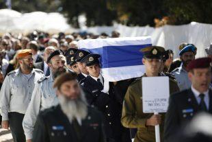 Le cercueil de M. Peres a été mis en terre à la mi-journée au cimetière national du mont Herzl à Jérusalem, à quelques mètres d'un autre Nobel de la paix, Yitzhak Rabin. (photo AFP)