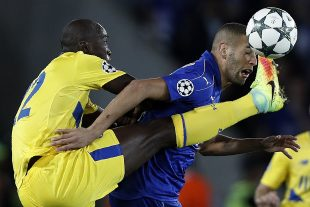 Le milieu portugais Danilo n'a rien pu faire face au buteur algérien de Leicester, Slimani. (photo AFP)
