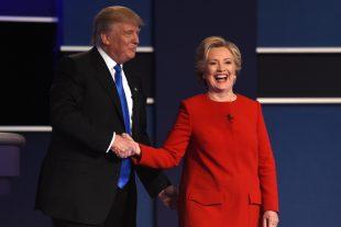 Hillary Clinton et Donald Trump se sont d'abord salués avec une politesse glacée. Mais la paix froide n'a duré qu'un instant... (Photo AFP)