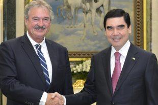 Le 6 septembre, Jean Asselborn serre la main de Gurbanguly Berdimuhamedow, dirigeant de l'une des pires dictatures de la planète, avec qui le Luxembourg veut renforcer ses relations économiques. Le 13 septembre, le ministre appelle à exclure la Hongrie de l'UE en raison de la dérive populiste de son Premier ministre. (photo MAEE)