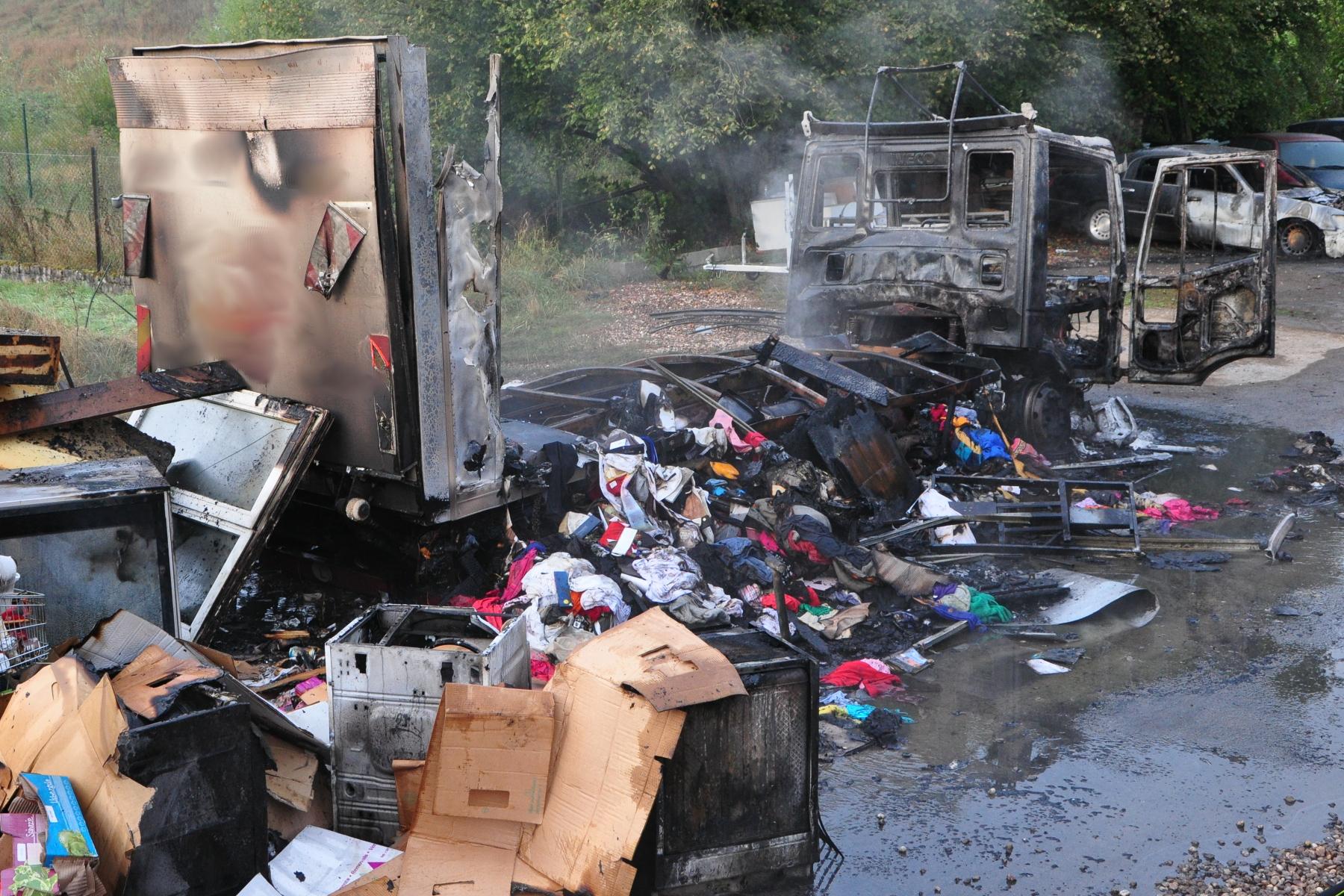 Un camion a été ravagé par les flammes. (photo police grand-ducale)