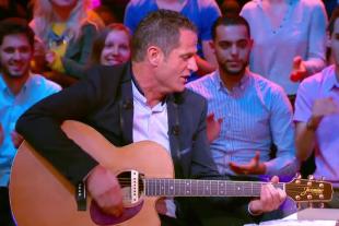 Philippe Hinschberger, guitare en main, a montré qu'il avait également des talents de musicien. (Capture d'écran : Canal +)