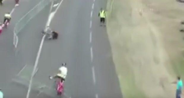 Un spectateur provoque la chute de coureurs en renversant des barrières