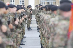 Sept ans après la réforme, l'effectif réel de l'armée est revenu au même niveau qu'en 2007, pointe la Cour des comptes. (illustration archives Jean-Claude Ernst)