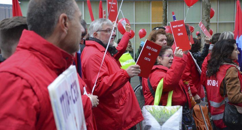 Des hommes en colère qui refusent d'être esclaves du CETA, la place de l'Europe en comptait quelques dizaines, mardi matin, lors d'une manifestation au Kirchberg. (photo Alain Rischard/Editpress)