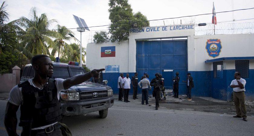 Une vaste chasse à l'homme a été lancée pour retrouver ces détenus dont certains sont armés. (photo AP)