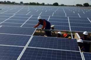 L'installation de panneaux photovoltaïques sur les toits des entreprises sera encouragée. (photo AP)