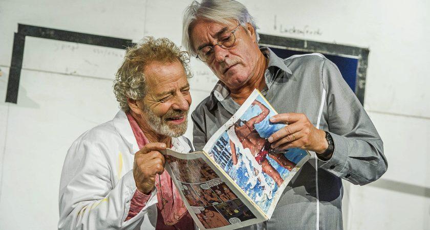 Le comédien Norbert Rutili (à g.) et le metteur en scène, Claude Frisoni feuillettent Hara Kiri, un des rares accessoires présents dans la pièce. (photo Tania Feller)
