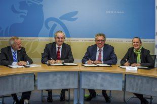 «Le Luxembourg ouvre la voie vers l'innovation dans le financement de l'action pour le climat», s'est réjoui le président de la BEI (de g. à d. : Werner Hoyer, Jonathan Taylor, Pierre Gramegna et Carole Dieschbourg). (photo Tania Feller)