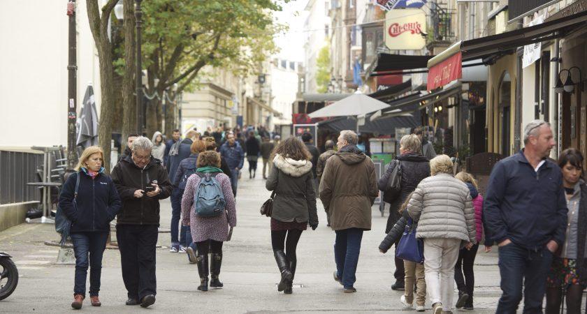 Le dimanche des manteaux marque le début de l'hiver, mais aussi la dernière occasion de pouvoir faire les boutiques le dimanche, une habitude prise pendant les mois d'été. (photo Alain Rischard)