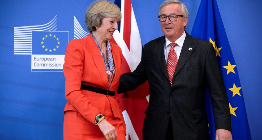 Theresa May est loin d'imaginer tout le bien que Jean-Claude Juncker pense d'elle... (photo AFP)