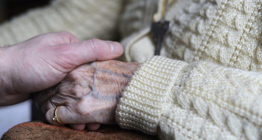 L'épouse souffrait de la maladie d'Alzheimer depuis dix ans, avait perdu l'usage de la parole depuis cinq ans, et restait alitée depuis deux ans. (illustration AFP)