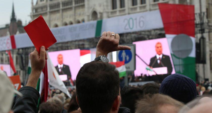Cartons rouges et sifflets pour Viktor Orban dimanche. (photos AFP)