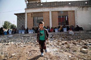 Dans les environs de Kirkouk, un enfant irakien de 5 ans en attente d'être déplacé. (photo AFP)
