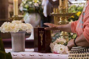 De même, l'Église catholique n'autorise pas la conservation des cendres au domicile. (illustration AFP)