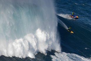 Les amateurs de vagues géantes se retrouvent à Nazaré. (photo AFP)