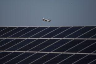 """Actuellement, """"seuls l'éolien terrestre et le solaire photovoltaïque sont sur la trajectoire"""" de l'objectif de réduction des émissions gaz à effet de serre fixé par l'accord de Paris sur le climat. (photo AFP)"""