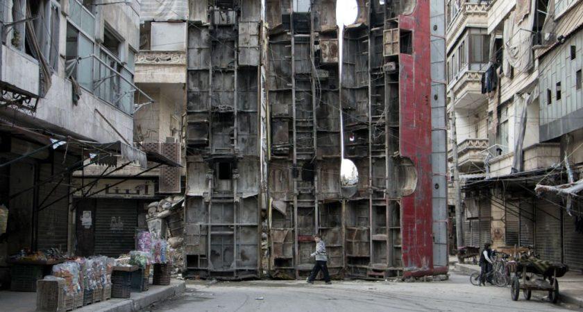 La métropole syrienne d'Alep connaît depuis 24 heures un répit dans les raids aériens du régime et de son allié russe, à la veille de l'entrée en vigueur d'une trêve censée permettre aux civils et rebelles de quitter la ville ravagée. (photo AFP)