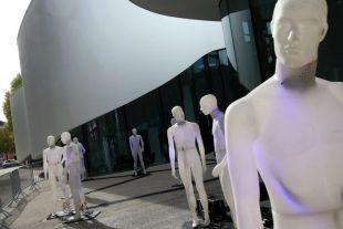 """Différentes installations sont déjà à voir dont """"Les Hommes debout"""", des statues visibles sur le parvis jusqu'à dimanche soir. (Photos RL/Pierre Heckler et Philippe Neu)"""