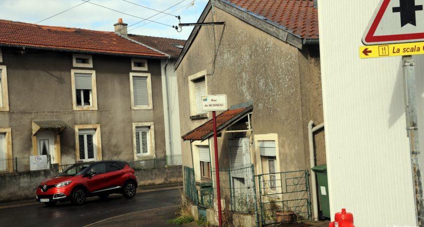 La Ville a proposé le rachat de cette maison rue du Ruisseau en vue de sa démolition pour améliorer la circulation et créer du stationnement. (photo RL)