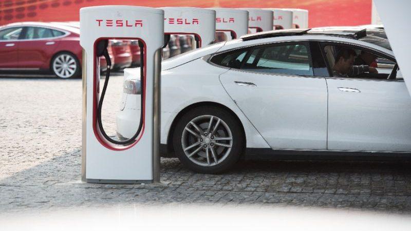 Tesla réaffirme son pari sur les voitures sans chauffeurs et leur confiance dans leur fiabilité (photo AFP)