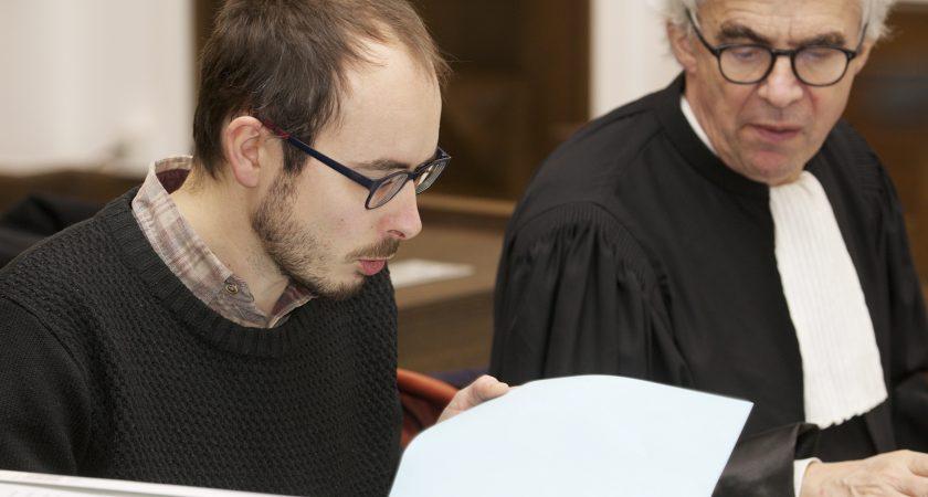 journaliste fait compte rendu procès