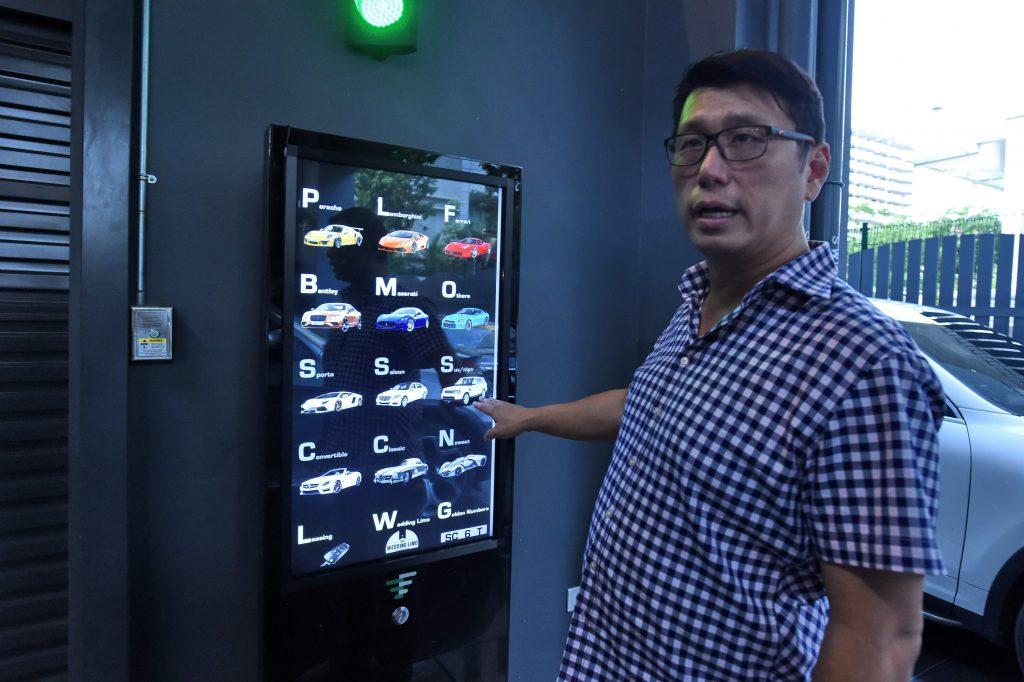 singapour un distributeur automatique de voitures de luxe. Black Bedroom Furniture Sets. Home Design Ideas