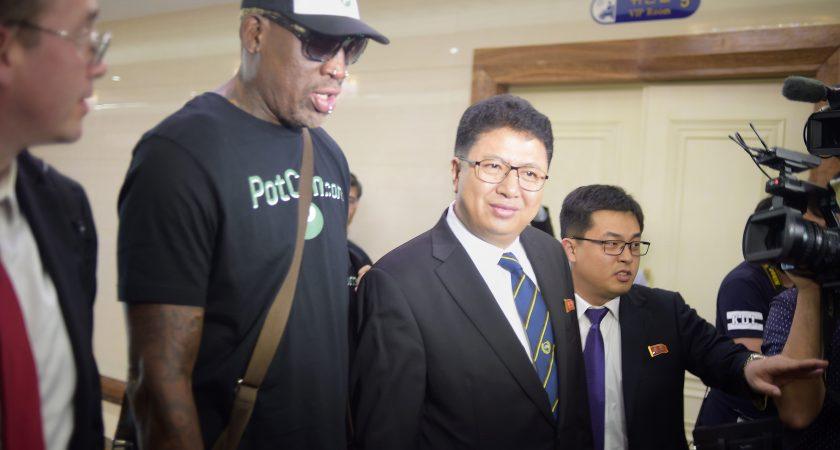 Dennis Rodman à son arrivée à Pyongyang, en compagnie du vice-ministre nord-