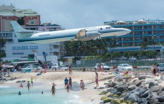 Soufflée par le réacteur d'un avion, une touriste décède à — Drame