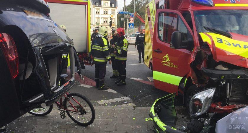 collision entre une voiture et une ambulance luxembourg. Black Bedroom Furniture Sets. Home Design Ideas