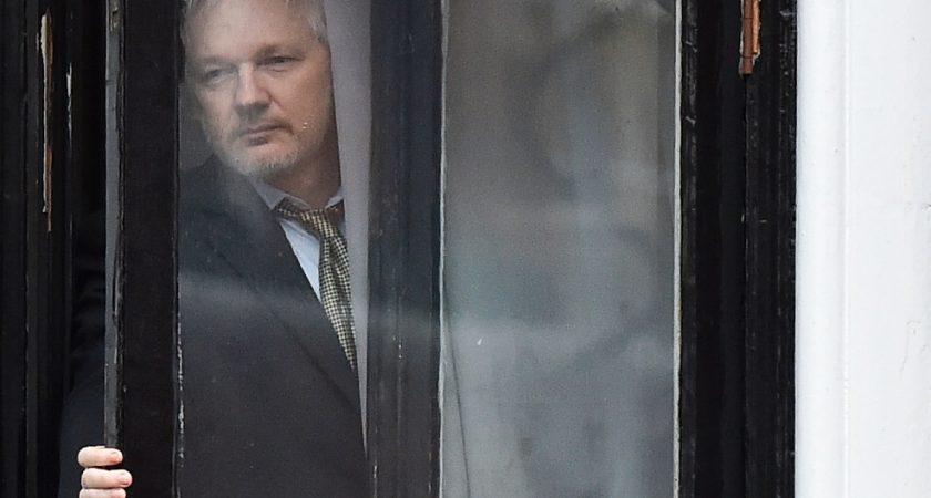 Craignant une extradition vers la Suède pour un viol présumé qu'il nie Julian Assange 46 ans a trouvé asile en 2012 à l'ambassade d'Équateur à Londres