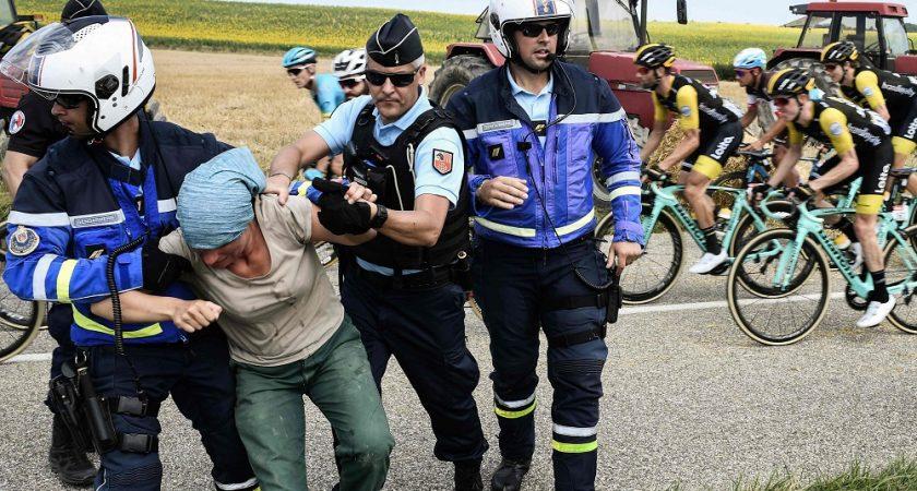 Tour de France : la course arrêtée quelques minutes après une manifestation d'agriculteurs